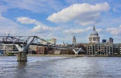 Panoramautsikt av milleniumbron i London, England Fotografering för Bildbyråer