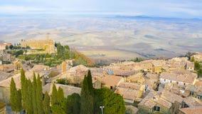 Panoramautsikt av Montepulciano och kullarna från taken royaltyfri foto