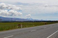 Panoramautsikt av monteringen Ngauruhoe i den Tongariro nationalparken Det presenterade som monteringsöde i Herren av cirkelfilme royaltyfri bild