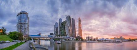 Panoramautsikt av Moskva-stad den molniga aftonen Royaltyfria Bilder