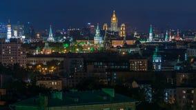 Panoramautsikt av Moskvatimelapse - Kreml står högt, det statliga allmänna lagret, den Stalin skyskrapan, bostads- byggnad på stock video