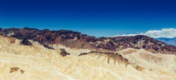 Panoramautsikt av mudstone- och claystonebadlands på Zabriskie punkt Death Valley nationalpark, Kalifornien USA Fotografering för Bildbyråer