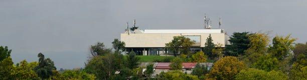 Panoramautsikt av museet av samtida konst i Skopje, Makedonien arkivfoto