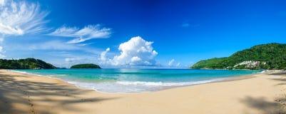 Panoramautsikt av Nai Harn Beach i Phuket Arkivbild