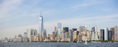 Panoramautsikt av New York City horisont, Manhattan sikt från statyn av frihet New York City USA Arkivbild