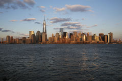 Panoramautsikt av New York City horisont på vatten som presenterar en World Trade Center (1WTC), Freedom Tower, New York City, Ne Arkivfoton