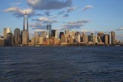 Panoramautsikt av New York City horisont på vatten som presenterar en World Trade Center (1WTC), Freedom Tower, New York City, Ne Arkivbild