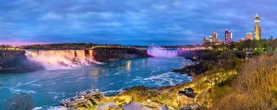 Panoramautsikt av Niagara Falls i aftonen från Kanada Arkivfoton