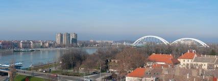 Panoramautsikt av Novi Sad, Serbien cityscape med två broar, Danube River och delen av den Petrovaradin fästningen i det härligt Arkivbilder