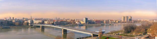 Panoramautsikt av Novi Sad, Serbien cityscape med två broar, Danube River och delen av den Petrovaradin fästningen i det härligt Royaltyfri Foto