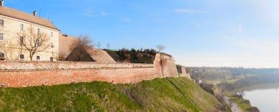 Panoramautsikt av Novi Sad, Serbien cityscape med två broar, Danube River och delen av den Petrovaradin fästningen i det härligt Royaltyfria Bilder