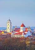 Panoramautsikt av olika kyrkor i den gamla staden av Vilnius Royaltyfri Bild