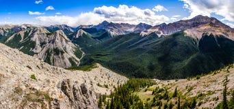 Panoramautsikt av område för steniga berg, Alberta, Kanada Arkivbild