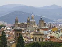 Panoramautsikt av Pamplona på bakgrunden av berg Arkivfoton