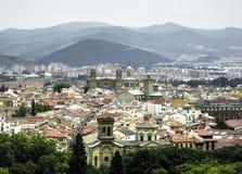 Panoramautsikt av Pamplona på bakgrunden av berg Royaltyfri Foto