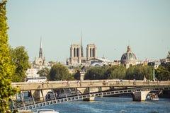 Panoramautsikt av Paris monument från bron över Seine Royaltyfri Fotografi