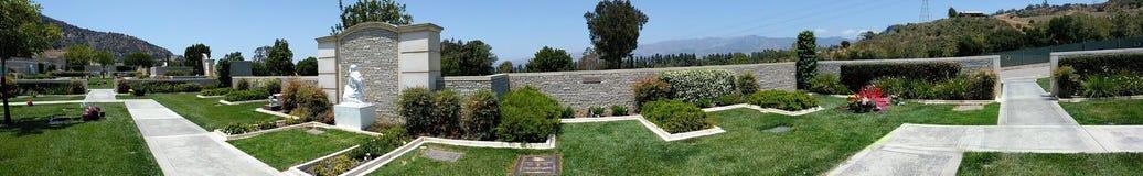 Panoramautsikt av Paul Walkers Gravesite på Forest Lawn Cemetery i Los Angeles arkivfoton
