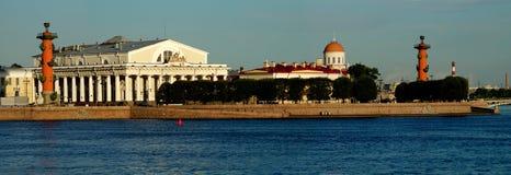 Panoramautsikt av pilen av den Vasilevsky ön Royaltyfri Bild