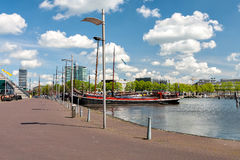 Panoramautsikt av pir i hamnen av Amsterdam Royaltyfria Foton