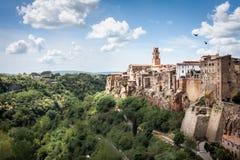 Panoramautsikt av Pitigliano i en solig dag royaltyfria bilder