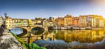 Panoramautsikt av Ponte Vecchio med River Arno på solnedgången, Florence, Italien Royaltyfria Bilder