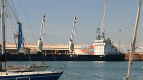 Panoramautsikt av porten Ett lastfartyg och en färja är anchore royaltyfri foto