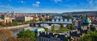 Panoramautsikt av Prague broar över den Vltava floden från Letni P Royaltyfri Bild