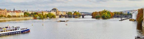 Panoramautsikt av Prague, Tjeckien, på kusten av Vltava Arkivbilder