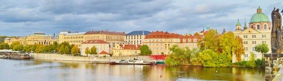 Panoramautsikt av Prague, Tjeckien, på kusten av Vltava Royaltyfri Foto