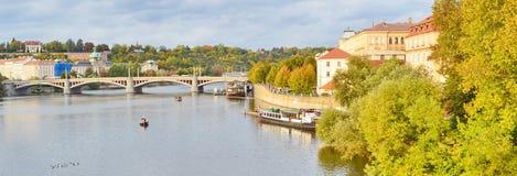 Panoramautsikt av Prague, Tjeckien, på kusten av Vltava Royaltyfri Bild