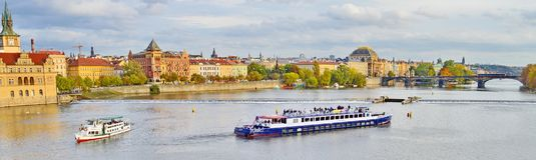 Panoramautsikt av Prague, Tjeckien, på kusten av Vltava Arkivfoto