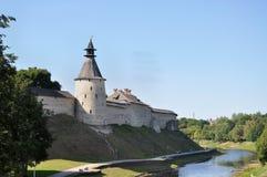 Panoramautsikt av Pskov Krom och den Pskov floden på august sommardag, Ryssland arkivbild