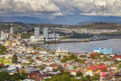 Panoramautsikt av Puerto Montt i Chile Arkivbilder