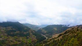 Panoramautsikt av Salleri och den Phaplu flygplatsen, Solukhumbu område, Nepal Royaltyfri Foto