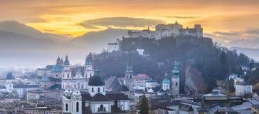 Panoramautsikt av Salzburg p? vintermorgonen arkivfoto