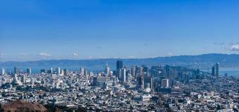Panoramautsikt av San Francisco Downtown som ses från tvilling- maxima Royaltyfria Bilder
