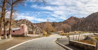 Panoramautsikt av Santa Rosa de Tastil Village och Santa Rosa de Lima Chapel - Santa Rosa de Tastil, Salta, Argentina arkivbild