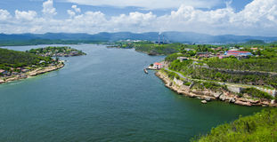 Panoramautsikt av Santiago de Cuba Bay Arkivbild