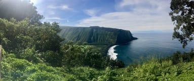 Panoramautsikt av sceniska klippor och havet på den Waipi'o dalen på den stora ön av Hawaii Arkivfoto