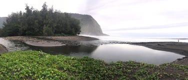Panoramautsikt av sceniska klippor och havet på den Waipi'o dalen på den stora ön av Hawaii Arkivbilder