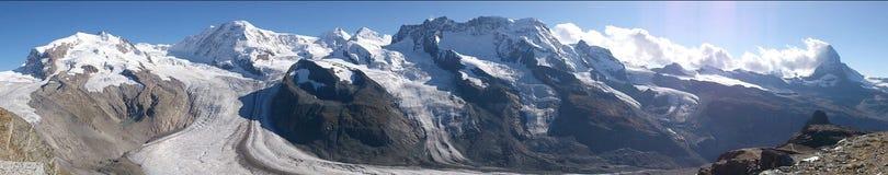 Panoramautsikt av Schweiz fjällängar Arkivfoto