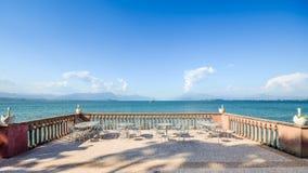 Panoramautsikt av sjö sjön Garda i Lombardy, Italien från en balkong med dekorativa svanar royaltyfri bild