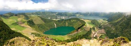 Panoramautsikt av sjön i en vulkanisk krater, Sete Cidades royaltyfri bild