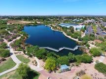 Panoramautsikt av sjön och slingor av Gilbert Public Library Royaltyfria Foton