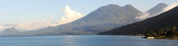 Panoramautsikt av sjön Atitlan Arkivbild