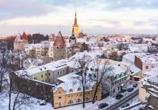 Panoramautsikt av slotten och den gamla staden av Tallinn från observationsdäcket i vinter Royaltyfri Fotografi