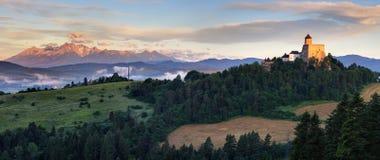Panoramautsikt av Slovakien med Tatras moutain och Stara Lubovna royaltyfri fotografi