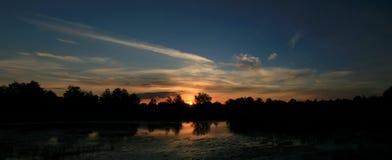 Panoramautsikt av solnedgången över sjön Royaltyfria Foton