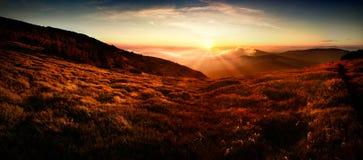 Panoramautsikt av solnedgången i det Tatra berget Royaltyfri Foto