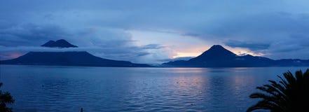Panoramautsikt av solnedgången på sjön Atitlan i Guatemala Arkivfoto